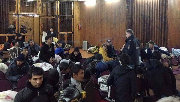 Люди во временном пункет размещения в г. Покров Владимирской области - Sputnik Ўзбекистон