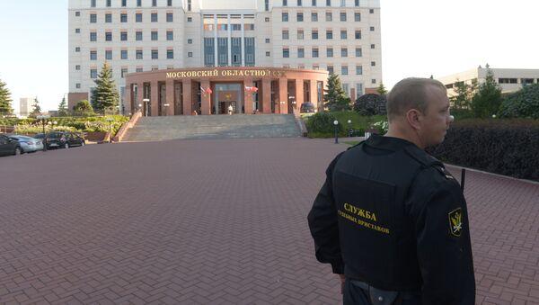 Сотрудник Федеральной службы судебных приставов у здания Московского областного суда - Sputnik Узбекистан