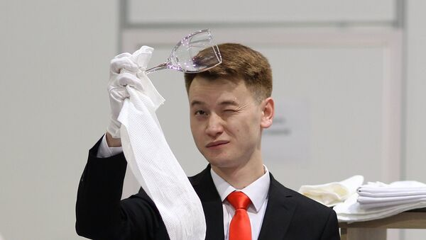 Официант проверяет чистоту бокала - Sputnik Ўзбекистон