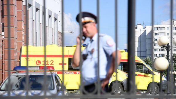 Сотрудник полиции у здания Московского областного суда - Sputnik Узбекистан
