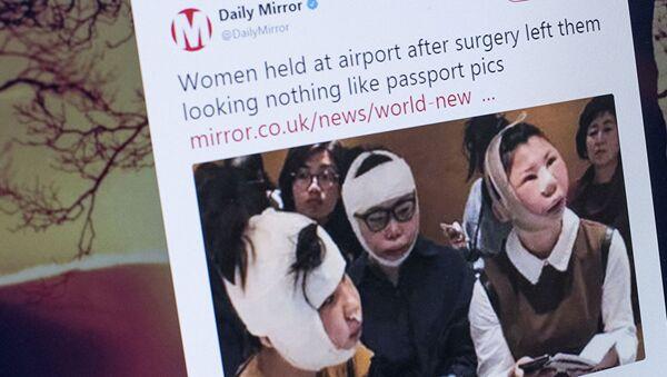 Трое китаянок которых иммиграционные службы Южной Кореи не выпускают из страны. Фото со страницы Twitter @DailyMirror - Sputnik Ўзбекистон