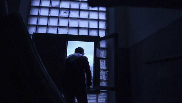 Иностранный рабочий выходит на улицу - Sputnik Узбекистан