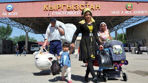 Люди проходят КПП на границе Узбекистана и Кыргызстана - Sputnik Ўзбекистон