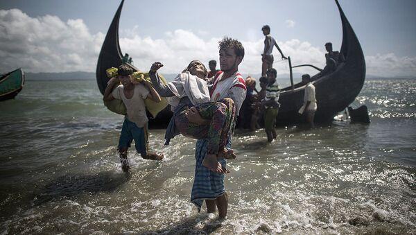 Беженцы рохинджа после высадки на берегу города Текнаф, Бангладеш - Sputnik Ўзбекистон