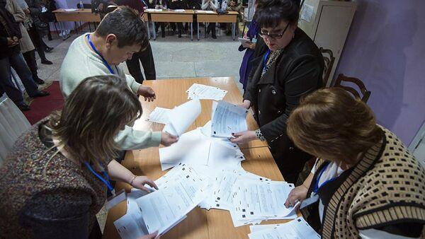 Сотрудник ТИК во время подсчета голосовов на выборах. Архивное фото - Sputnik Ўзбекистон