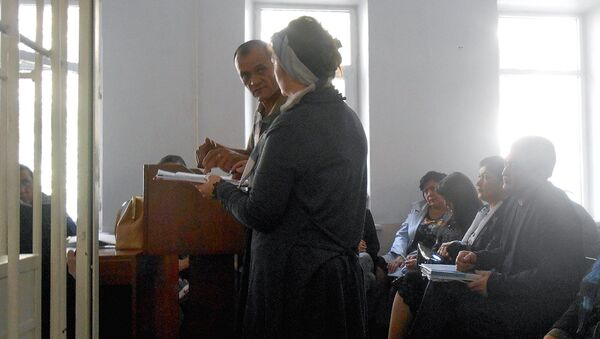 Свидетель объясняет матери Жасура Ибрагимова где он находился во время драки - Sputnik Узбекистан