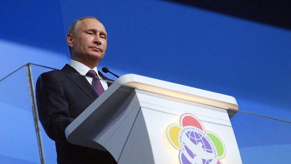 Президент РФ В. Путин принял участие в открытии Всемирного фестиваля молодёжи и студентов в Сочи - Sputnik Узбекистан
