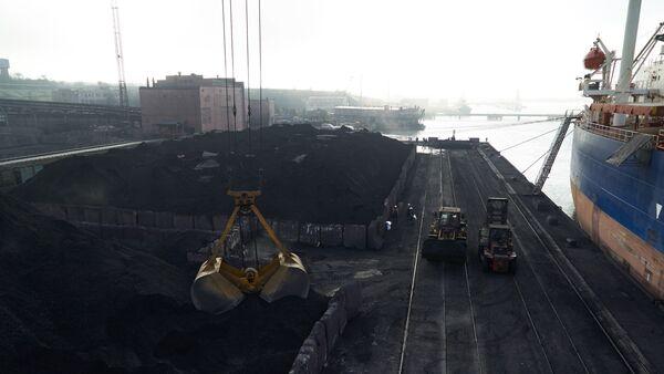Разгрузка угля в порту Одессы - Sputnik Узбекистан