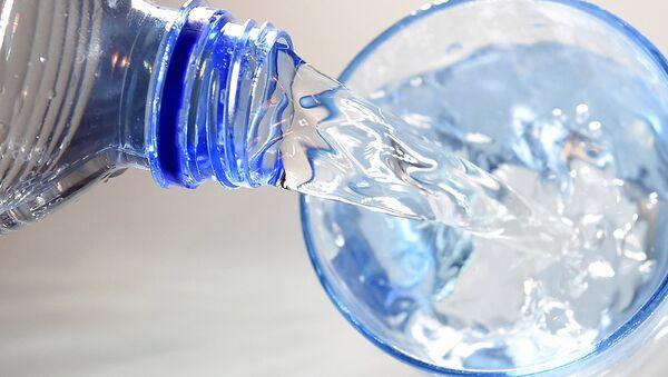 Воду наливают в стакан - Sputnik Узбекистан