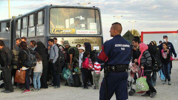 Беженцы на сербско-венгерской границе - Sputnik Узбекистан