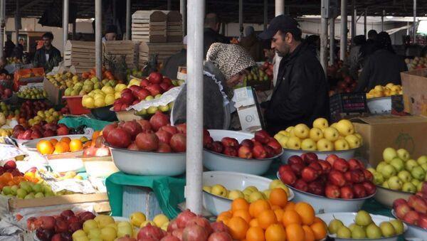 Продажа фруктов на душанбинском рынке Шохмансур. Архивное фото - Sputnik Узбекистан