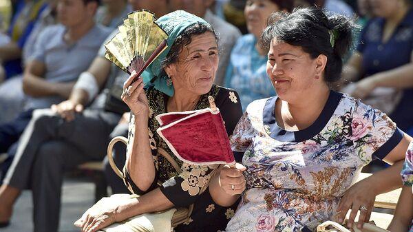 Узбекские женщины беседуют на улице - Sputnik Узбекистан