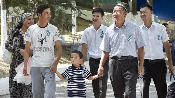 Узбекская семья прогуливается по парку во время празднования Дня Независимости в Ташкенте - Sputnik Узбекистан