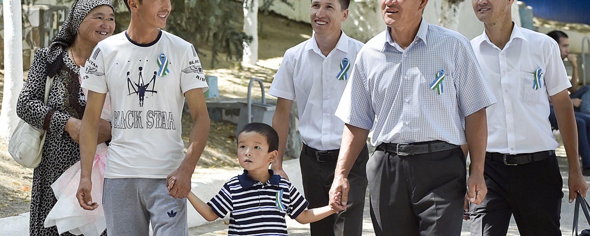 Узбекская семья прогуливается по парку во время празднования Дня Независимости в Ташкенте - Sputnik Узбекистан, 1920, 13.11.2020
