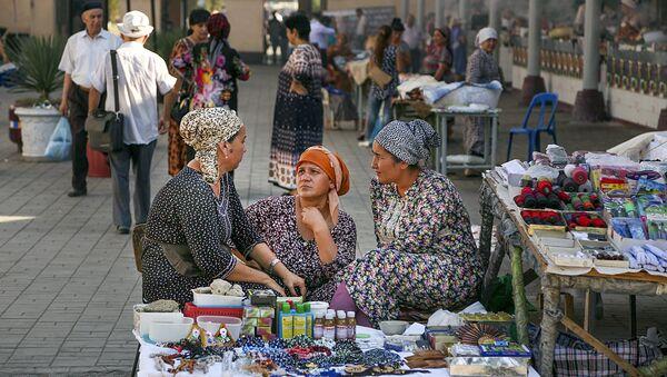 Женщины беседуют на рынке - Sputnik Ўзбекистон