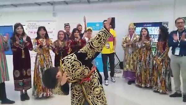 Аукцион в Сочи: кому достался расшитый золотом узбекский халат - Sputnik Узбекистан