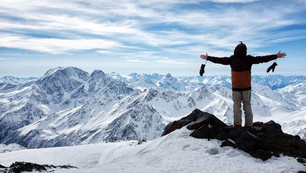 Turist na vыsote 4400 metrov v gorax Elbrusa v Kabardino-Balkarii - Sputnik Oʻzbekiston