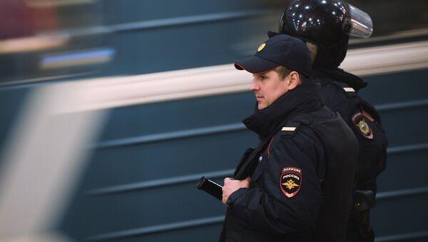 Сотрудники полиции на станции московского метро - Sputnik Ўзбекистон