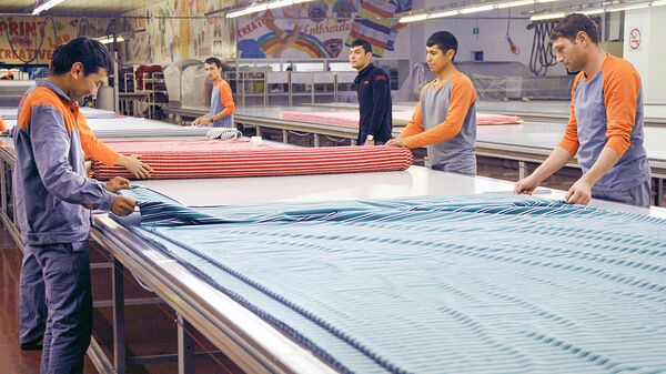 На раскройном участке текстильного предприятия в Узбекистане - Sputnik Ўзбекистон