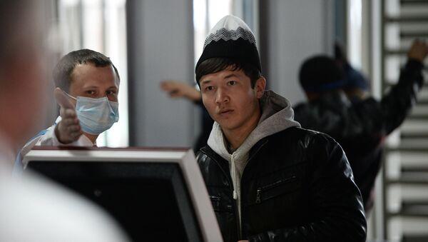 Посетитель в многофункциональном миграционном центре Москвы - Sputnik Ўзбекистон