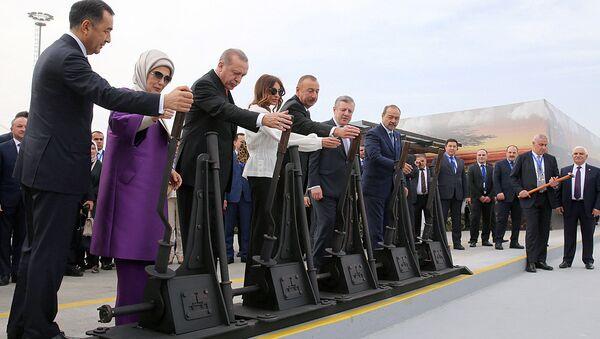 Президент Турции Эрдоган, его азербайджанский коллега Алиев и премьер-министр Грузии Квирикашвили, премьер-министр Узбекистана Абдулла Арипов на церемонии открытия движения по железной дороге Баку - Тбилиси - Карс - Sputnik Ўзбекистон