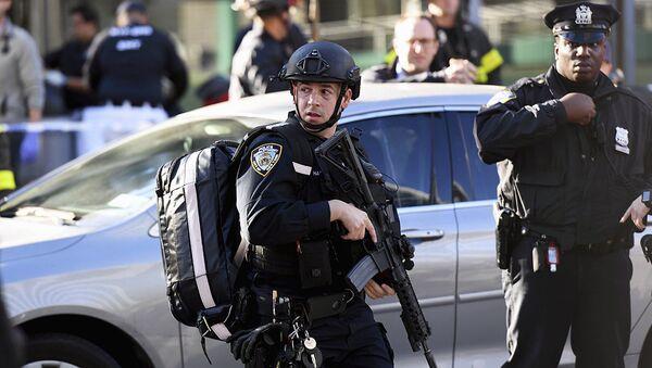 Нью-Йорк марказида теракт содир бўлган жойида полиция ходимлари - Sputnik Ўзбекистон