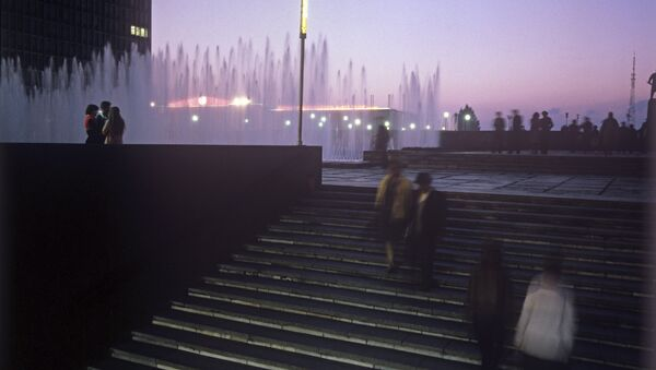 Люди спускаются в метрополитен в Ташкенте - Sputnik Узбекистан