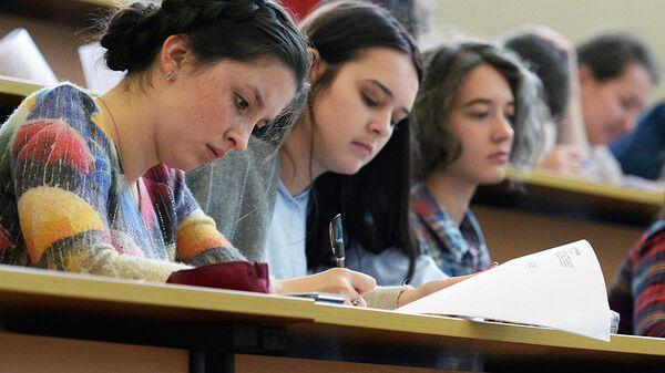 Студенты в аудитории - Sputnik Ўзбекистон