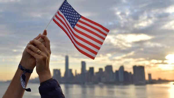 Флаг США на фоне города - Sputnik Ўзбекистон
