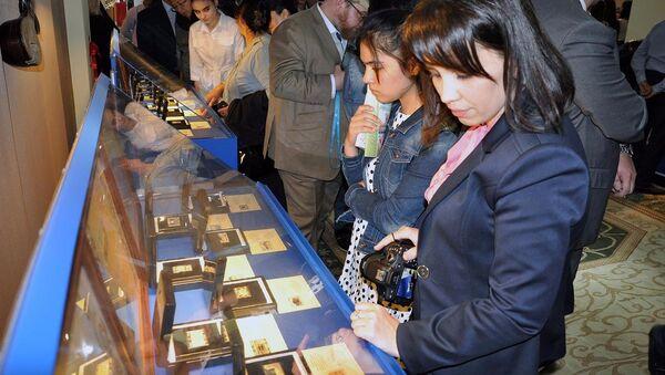В Музее истории связи Узбекистана открылась выставка серебряных марок, посвященных Святой Мекке - Sputnik Ўзбекистон