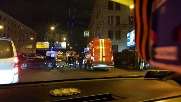 Женщина на BMW протаранила микроавтобус с узбекистанцами в Петербурге - Sputnik Ўзбекистон