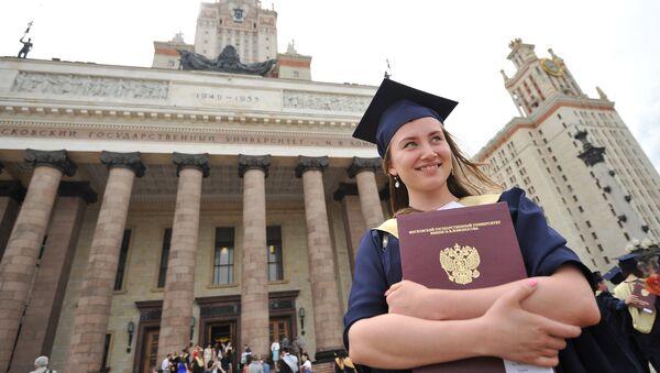 Vrucheniye diplomov s otlichiyem vыpusknikam MGU im. M.V.Lomonosova - Sputnik Oʻzbekiston