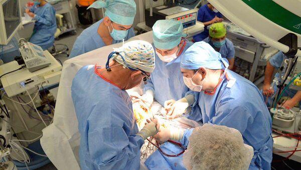 Операция ребенку с врожденной паталогией сердца - Sputnik Ўзбекистон