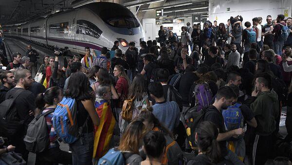 Студенты заблокировали вокзал в Барселоне в знак несогласия с действиями Мадрида - Sputnik Узбекистан