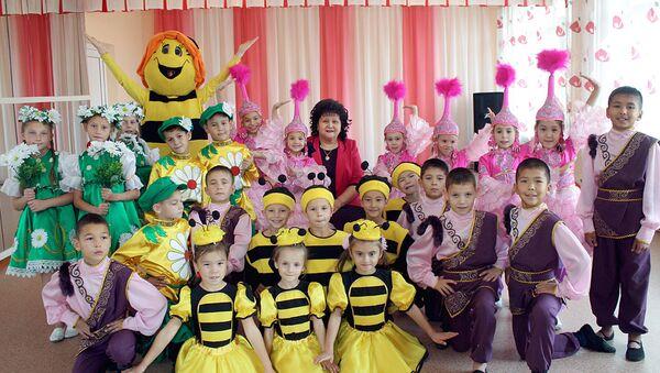 Майра Бейсеканова с воспитанниками детского дома Умiт - Sputnik Узбекистан