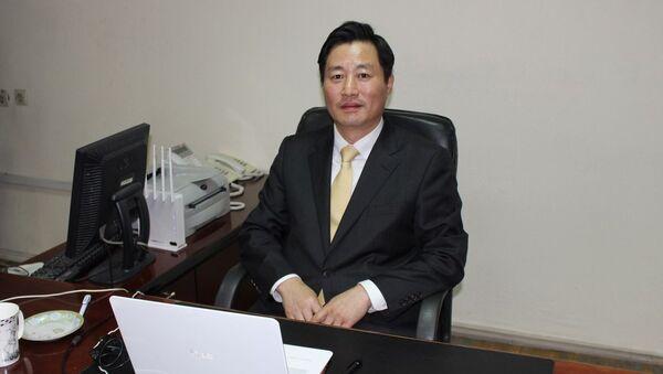 Новый заместитель генерального директора Центра по координации  и развитию рынка ценных бумаг господин ДжунгСонг Чои - Sputnik Ўзбекистон