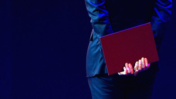 Мужчина держит папку в руке - Sputnik Ўзбекистон
