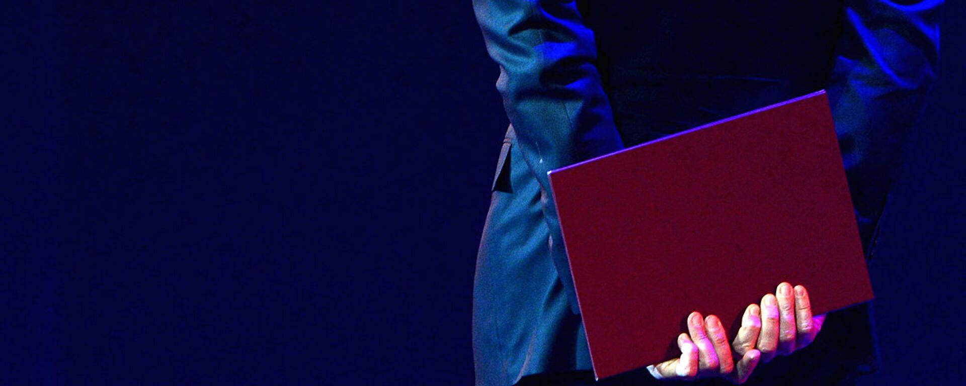 Мужчина держит папку в руке - Sputnik Ўзбекистон, 1920, 02.03.2021