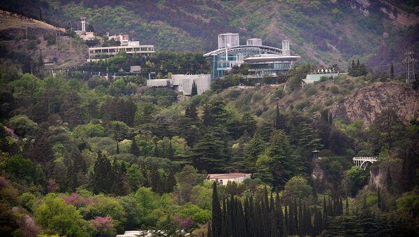 Вид на территорию тбилисского Ботанического сада и деловой центр бизнесмена Бидзины Иванишвили (вверху справа). - Sputnik Узбекистан