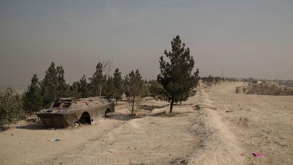 Корпус БРДМ (бронированная разведывательно-дозорная машина) неподалеку от города Кабула - Sputnik Узбекистан