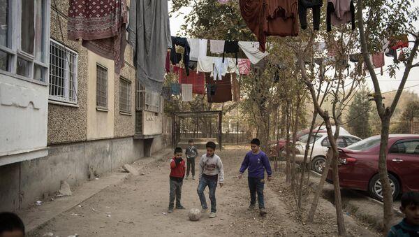 Deti igrayut v futbol vo dvore doma odnogo iz rayonov Kabula - Sputnik Oʻzbekiston
