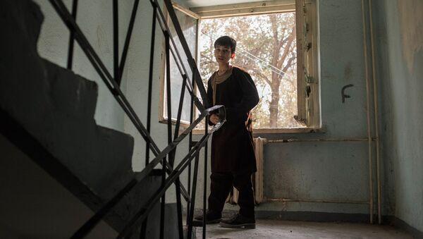 Мальчик в подъезде дома на одной из улиц в Кабуле - Sputnik Узбекистан