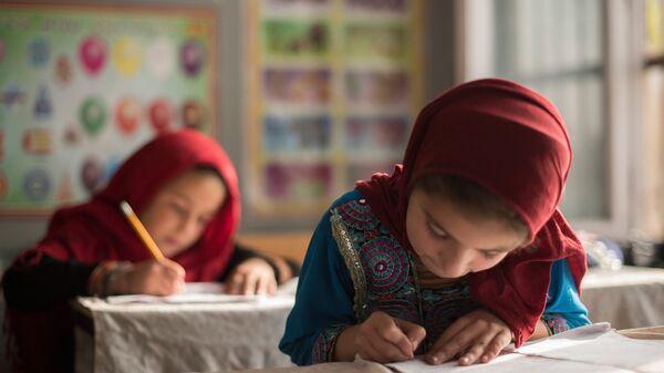 Ученики в классе школы для бывших беспризорных детей Aschiana в Кабуле - Sputnik Ўзбекистон