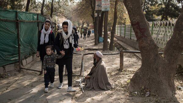 Lyudi na odnoy iz ulits v Kabule - Sputnik Oʻzbekiston