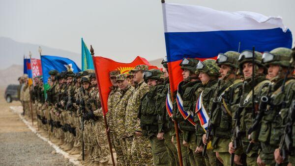 Военнослужащие на церемонии открытия совместных антитеррористических учений КСБР государств-членов ОДКБ на полигоне Харбмайдон в Таджикистане  - Sputnik Ўзбекистон