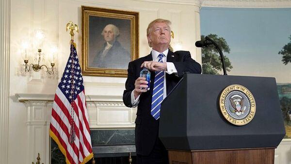 Президент США Дональд Трамп открывает бутылку с водой - Sputnik Ўзбекистон