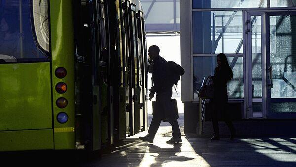 Пассажир садится в автобус - Sputnik Узбекистан