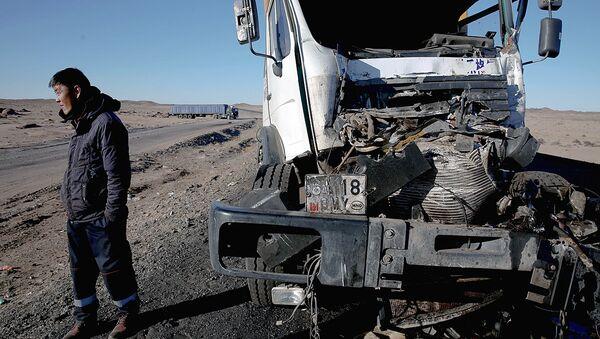 Дальнобойщикам приходится самостоятельно ремонтировать фуры. Но если произошла серьезная авария, то единственный выход - ждать подмоги. - Sputnik Узбекистан
