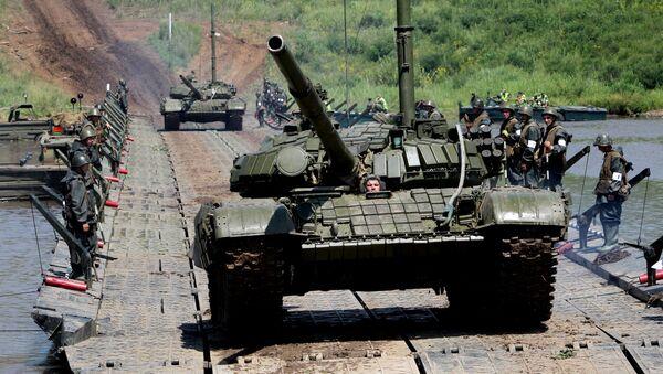 Tanki T-72 ponton koʻprikdan oʻtmoqda - Sputnik Oʻzbekiston