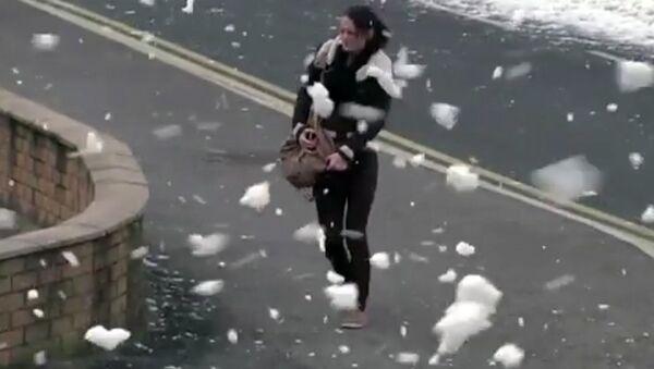 Похожая на снег морская пена накрыла побережье в Англии - Sputnik Узбекистан